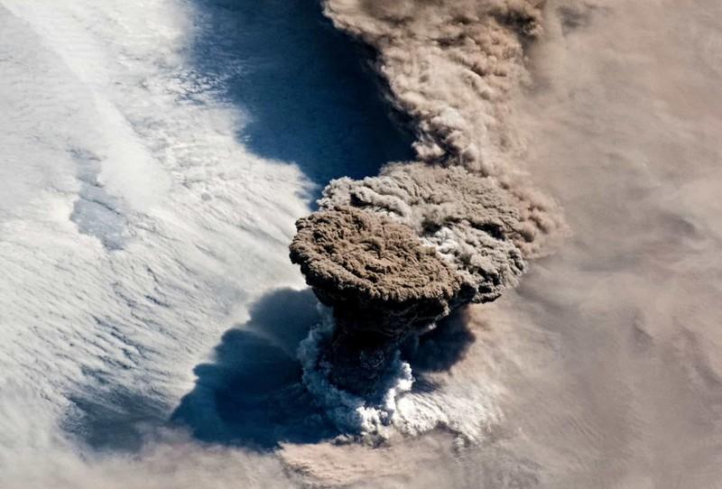 Hình ảnh giống như một vụ nổ hạt nhân này thực ra là tro bụi và khói bốc lên từ một loạt vụ phun trào núi lửa Raikoke trên quần đảo Kuril ở Bắc Thái Bình Dương.